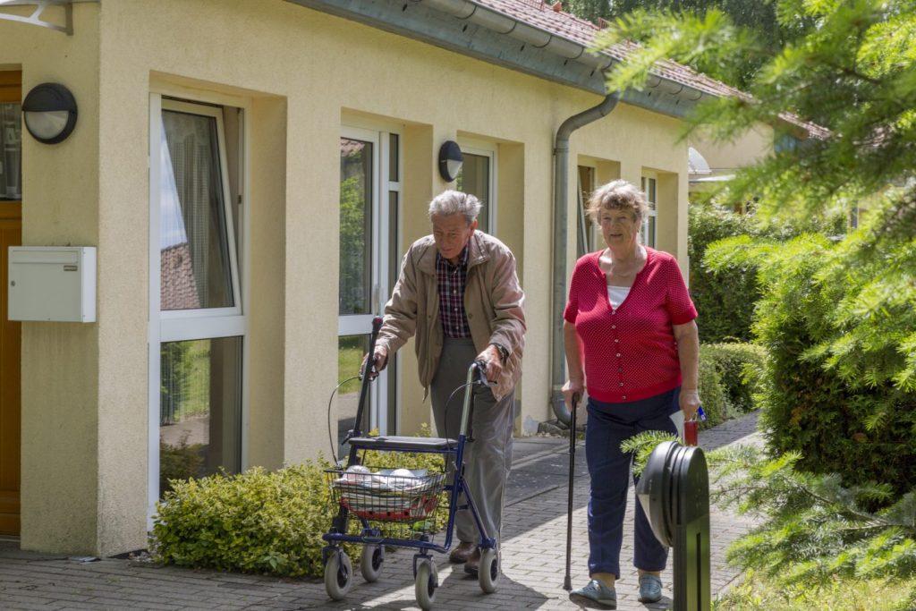 zwei Bewohner gehen spazieren